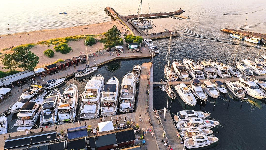 Gästhamn med båtar.